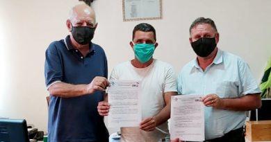 Candidato Professor Fernando e vice Luiz Lapa assinam compromisso com os Servidores